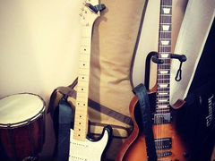 Gibson Les Paul и Fender Stratocaster