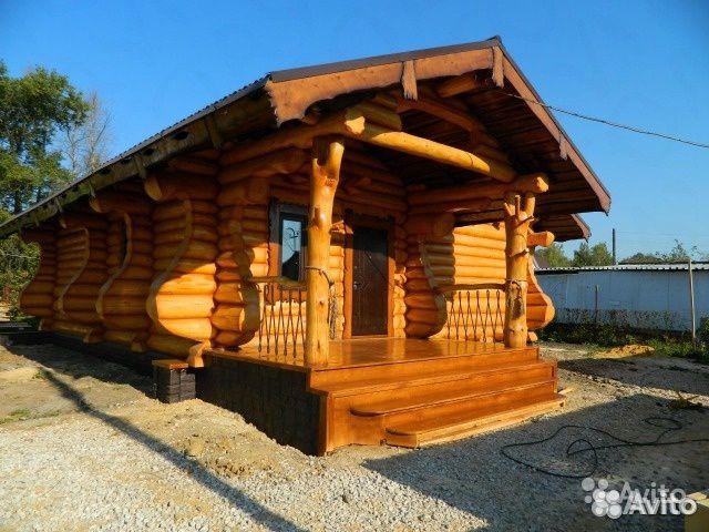Byggandet av hus, bad, gjord av stockar
